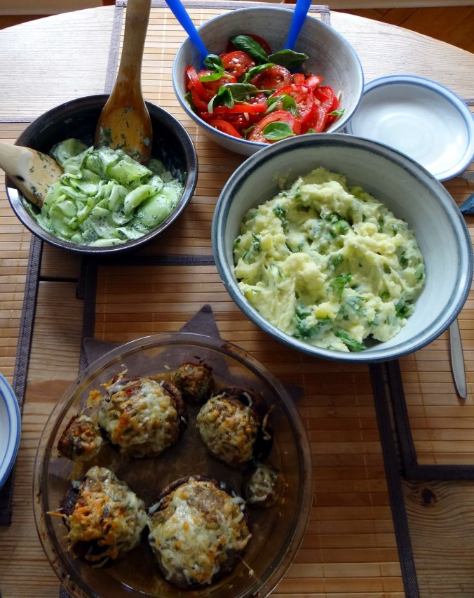 Gefüllte Portobello,Kartoffelstampf mit Rucola,Salate (20)