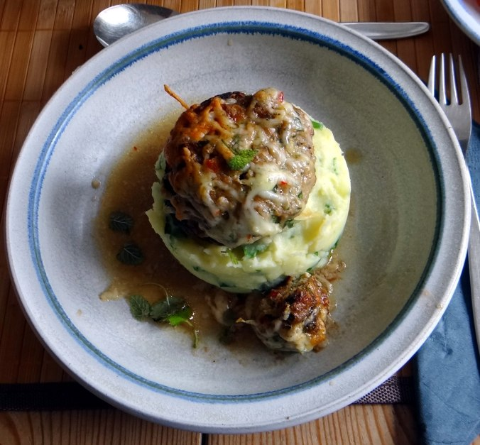 Gefüllte Portobello,Kartoffelstampf mit Rucola,Salate (24)