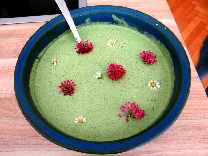 Grüne Soße aus Wildkräutern,Pellkartoffeln,Joghurtspeise mit Waldhe3idelbeeren (20)