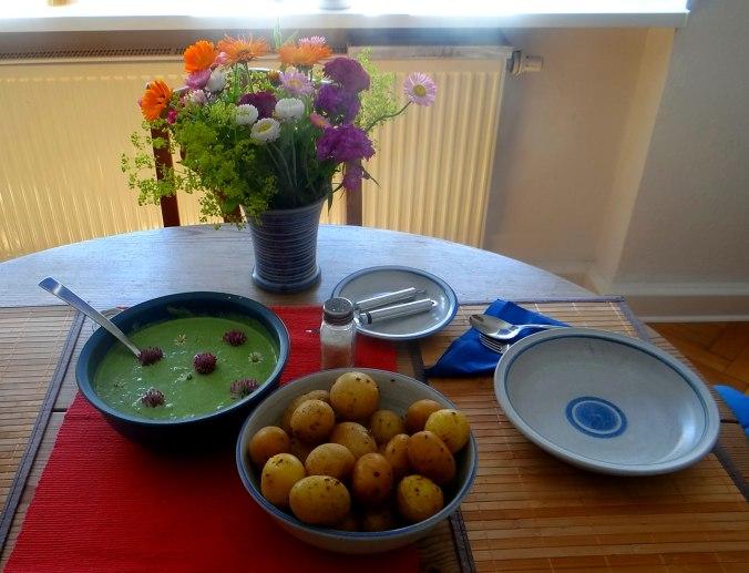 Grüne Soße aus Wildkräutern,Pellkartoffeln,Joghurtspeise mit Waldhe3idelbeeren (21)