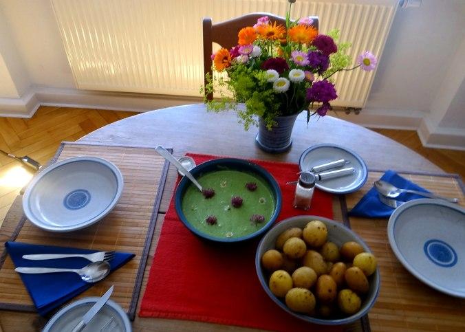 Grüne Soße aus Wildkräutern,Pellkartoffeln,Joghurtspeise mit Waldhe3idelbeeren (4)