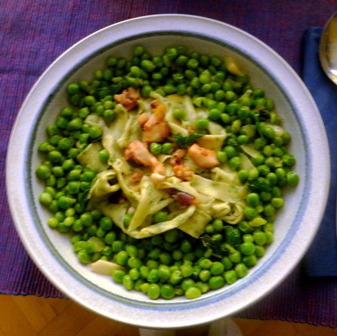 Nudeln mit Meeresfrüchten,Erbsen,Erdbeereis,vegetarisch (1)
