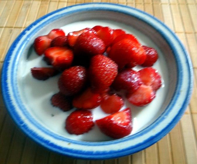 Rührei mit Tomaten,Pellkartoffeln,Gurkensalat,Erdbeeren,vegetarisch (17)