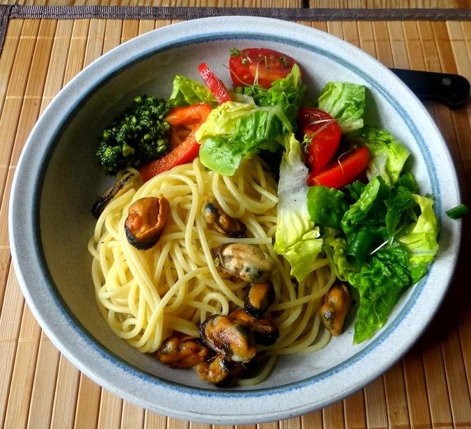 Spaghetti,Pesto,Muscheln,Salat (1)