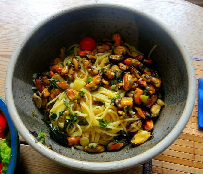 Spaghetti,Pesto,Muscheln,Salat (12)