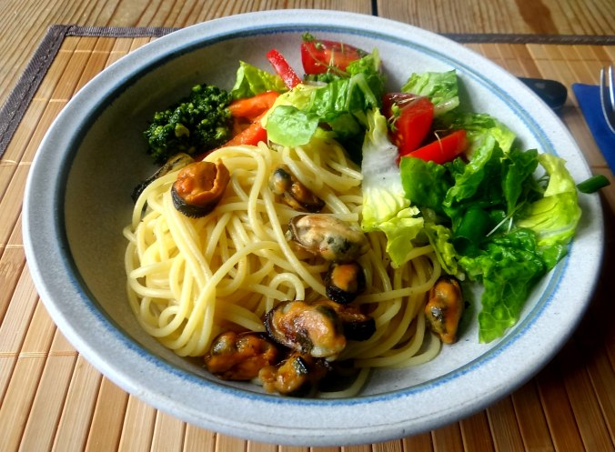 Spaghetti,Pesto,Muscheln,Salat (16)