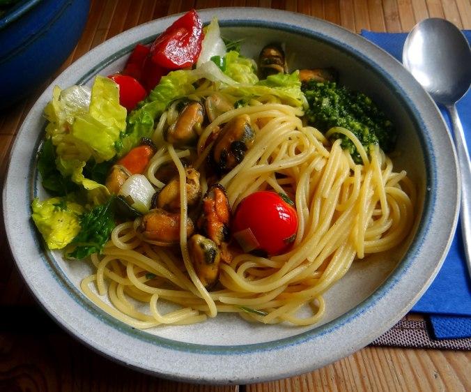 Spaghetti,Pesto,Muscheln,Salat (17)