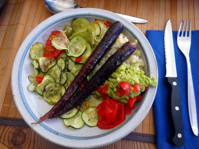 Lauwarmer Zucchinisalt,gedämpfte Möhren,Gurkensalat,Guacamole (1)