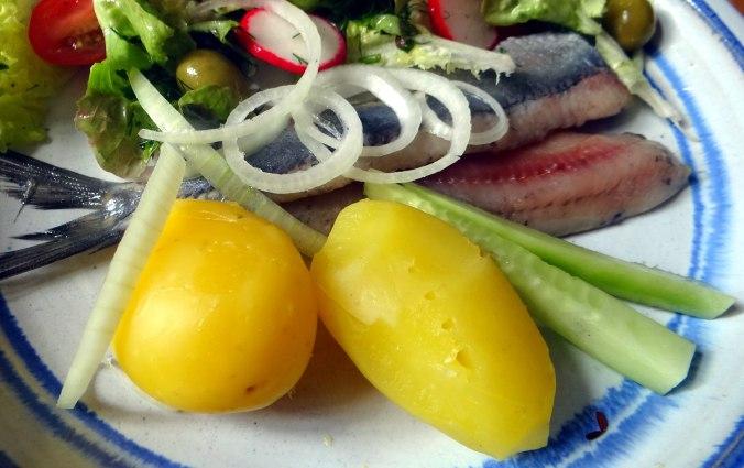 Matjes,Pellkartoffeln,Salat,Waffeln,Johannisbeeren (12)