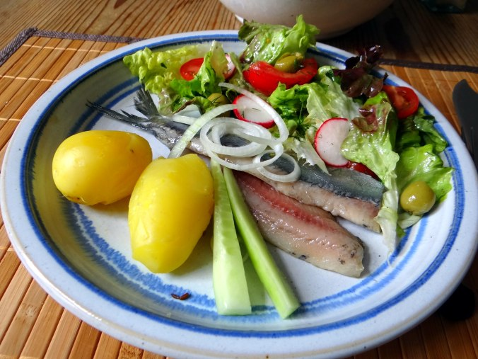 Matjes,Pellkartoffeln,Salat,Waffeln,Johannisbeeren (13)