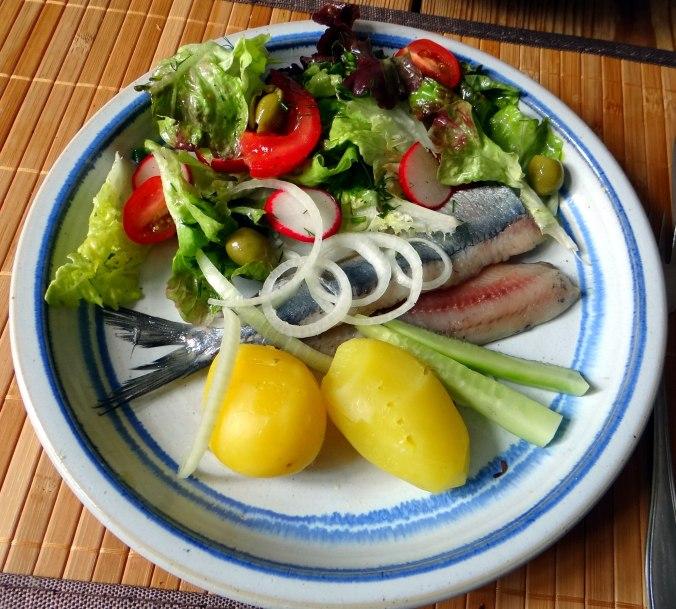 Matjes,Pellkartoffeln,Salat,Waffeln,Johannisbeeren (1a)