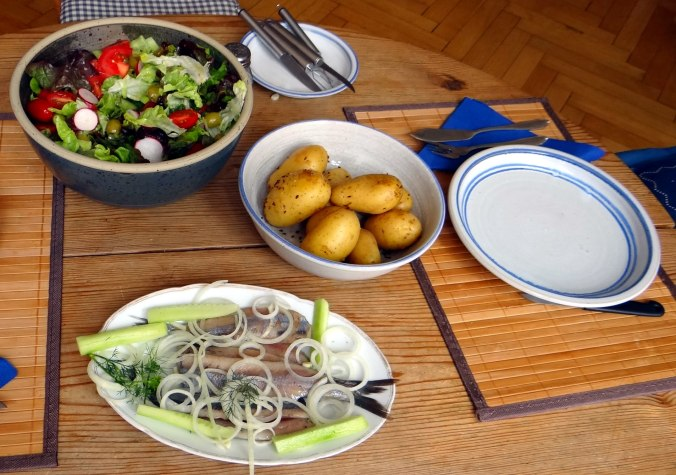 Matjes,Pellkartoffeln,Salat,Waffeln,Johannisbeeren (1c)
