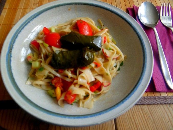 Reisnudelsalat-leicht asiatisch,gefüllte Weinblätter,Apfelmus (11)