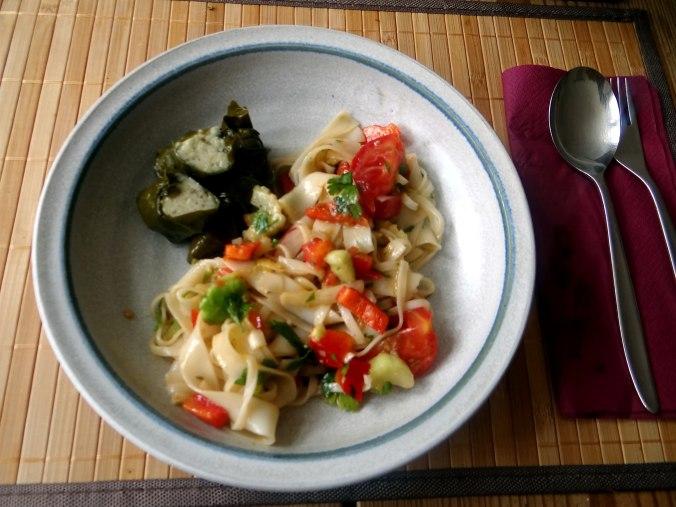 Reisnudelsalat-leicht asiatisch,gefüllte Weinblätter,Apfelmus (12)