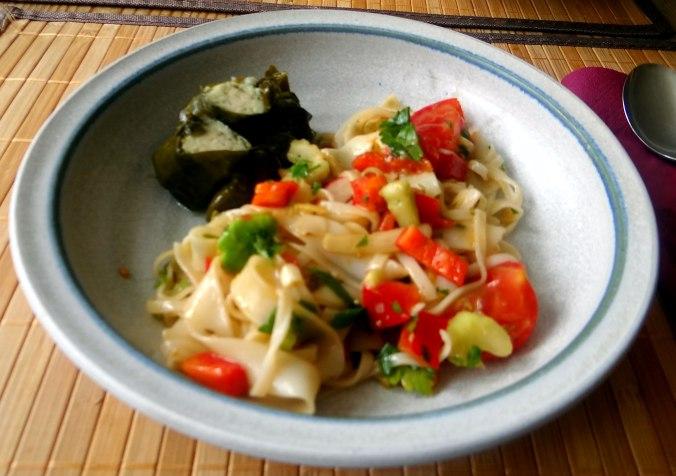 Reisnudelsalat-leicht asiatisch,gefüllte Weinblätter,Apfelmus (2)