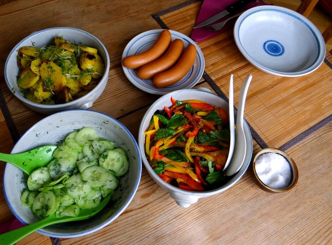 Bratkartoffel,Bockwurst,Salate (12)