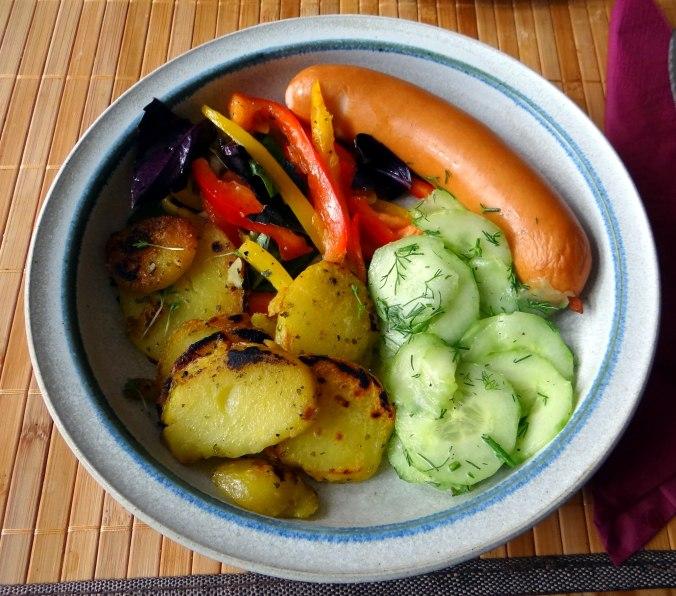Bratkartoffel,Bockwurst,Salate (13)