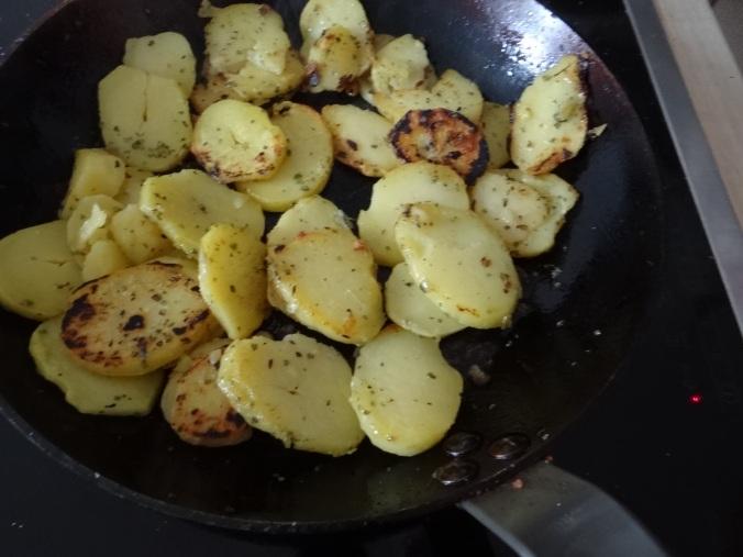 Bratkartoffel,Bockwurst,Salate (8)
