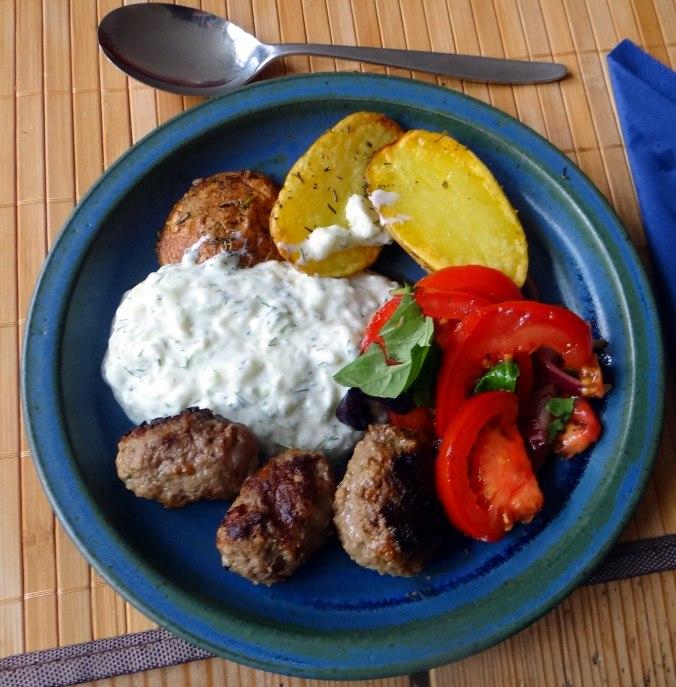 Cevapcici,Tzatziki,Ofenkartoffeln,Tomatensalat,Smoothie (2)
