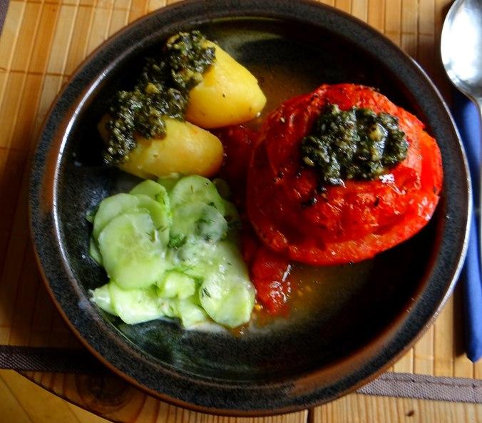 Gefüllte Tomate,Gurkensalat,Pellkartoffeln (11)