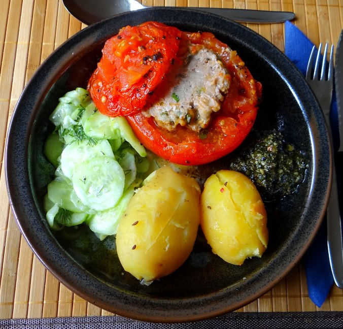 Gefüllte Tomate,Gurkensalat,Pellkartoffeln (13)