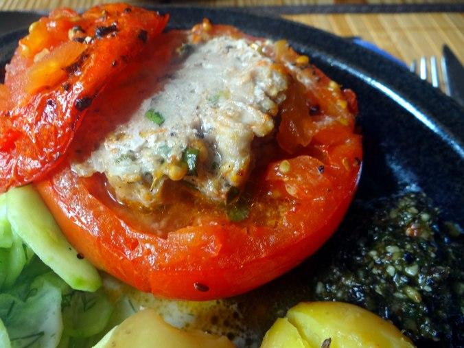 Gefüllte Tomate,Gurkensalat,Pellkartoffeln (13a)