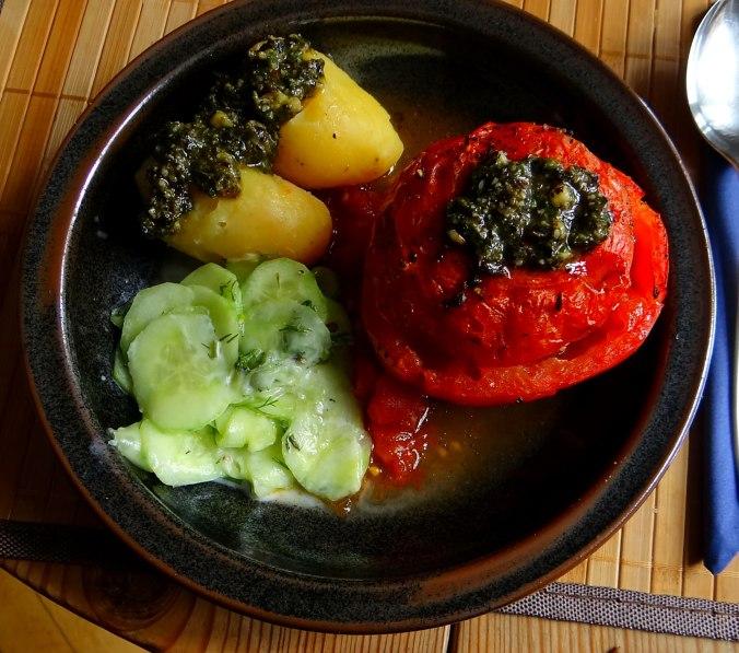 Gefüllte Tomate,Gurkensalat,Pellkartoffeln (2a)