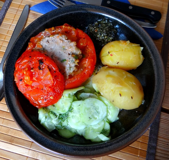 Gefüllte Tomate,Gurkensalat,Pellkartoffeln (2b)