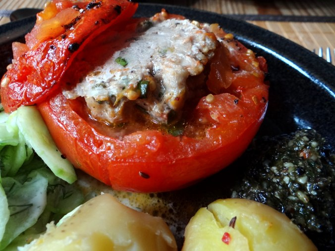 Gefüllte Tomate,Gurkensalat,Pellkartoffeln (2ba)