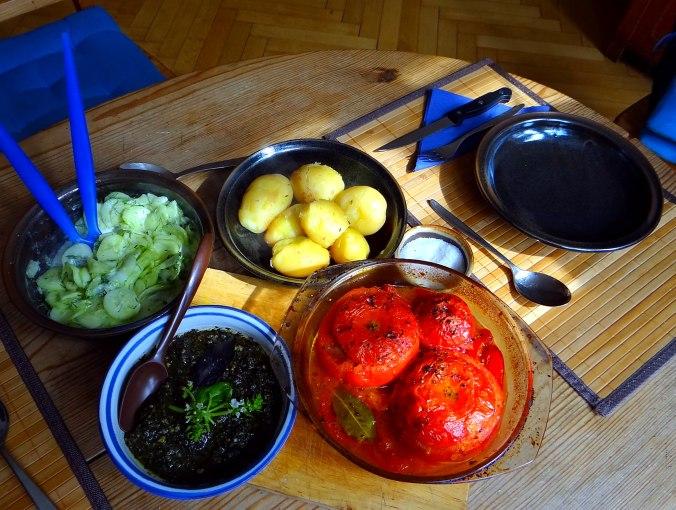 Gefüllte Tomate,Gurkensalat,Pellkartoffeln (2e)