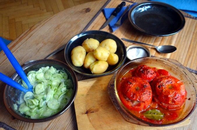 Gefüllte Tomate,Gurkensalat,Pellkartoffeln (9)