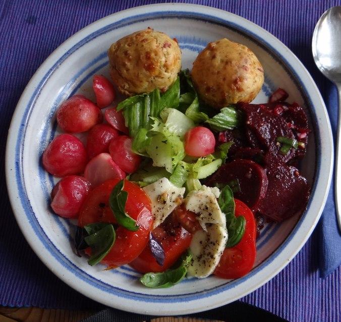 Herrzhafte Muffin,Rote Beete Salat,Geschmorte Radieschen,Tomaten mit Mozarella,Römersalat (1)