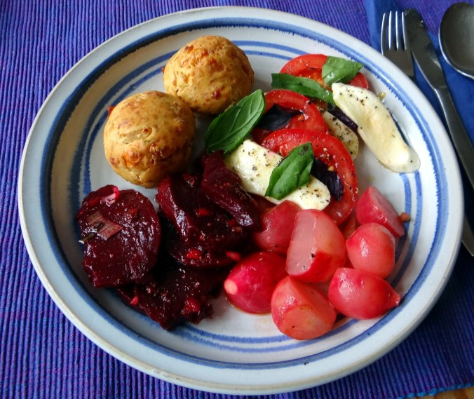Herrzhafte Muffin,Rote Beete Salat,Geschmorte Radieschen,Tomaten mit Mozarella,Römersalat (2)