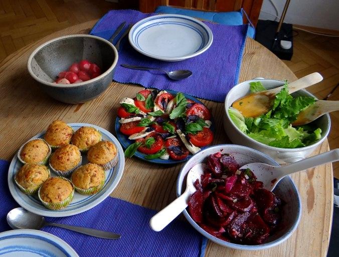 Herrzhafte Muffin,Rote Beete Salat,Geschmorte Radieschen,Tomaten mit Mozarella,Römersalat (3)
