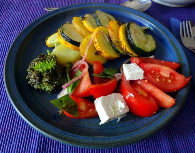 Kartoffel-Auberginen Gratin,Basilikum Pesto,Tomatensalat (10b) (1)