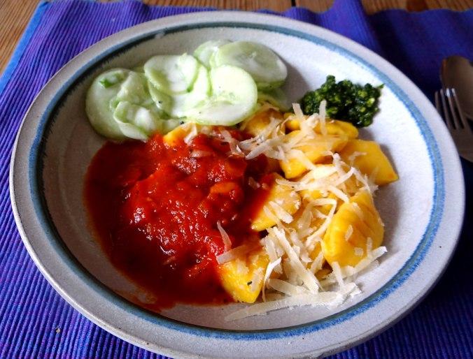 Kartoffel-Kürbis Gnocchis,Tomatensoße,Gurkensalat,vegetarisch (22)