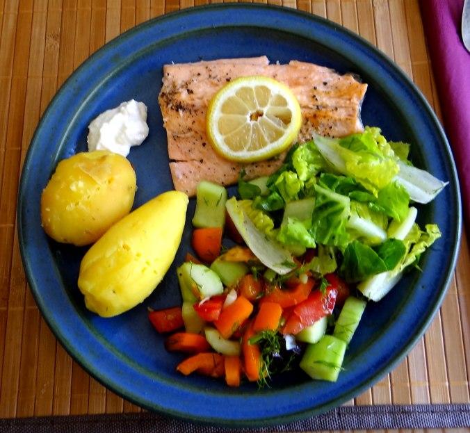 Lachsforelle,bunter Salat,Römersalat,Pellkartoffeln,pescetarisch (1)