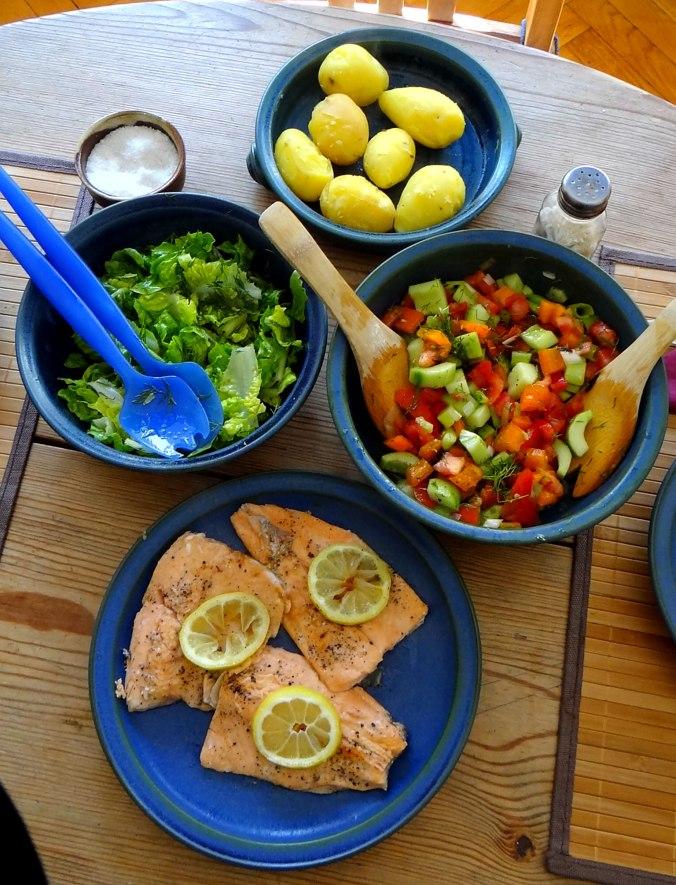 Lachsforelle,bunter Salat,Römersalat,Pellkartoffeln,pescetarisch (13)