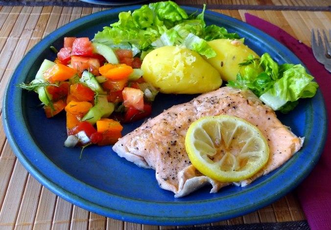 Lachsforelle,bunter Salat,Römersalat,Pellkartoffeln,pescetarisch (15)