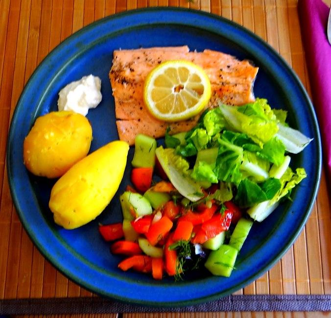 Lachsforelle,bunter Salat,Römersalat,Pellkartoffeln,pescetarisch (16)