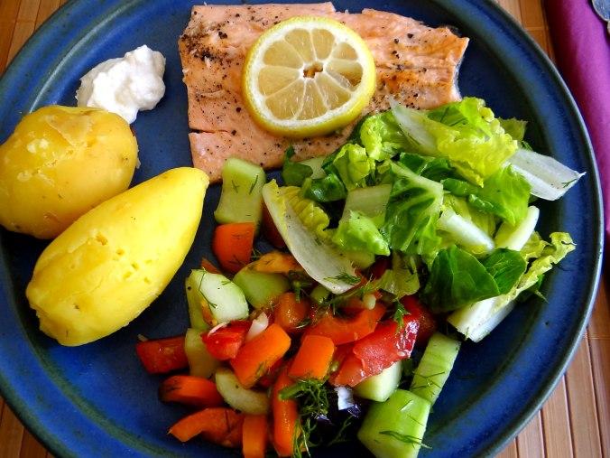Lachsforelle,bunter Salat,Römersalat,Pellkartoffeln,pescetarisch (17)