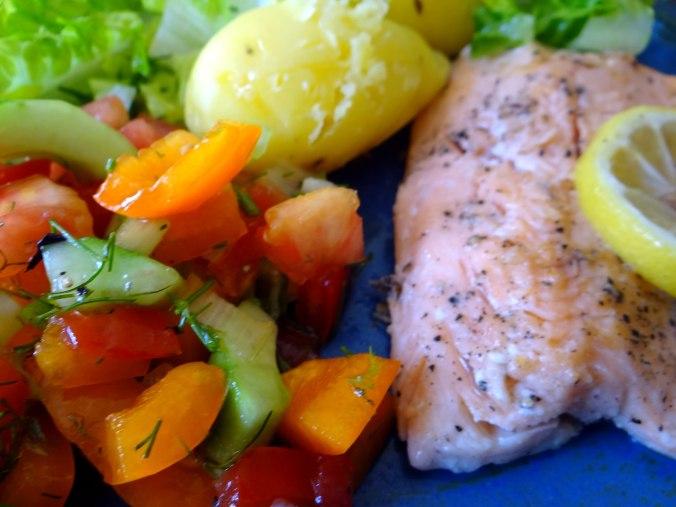 Lachsforelle,bunter Salat,Römersalat,Pellkartoffeln,pescetarisch (3)