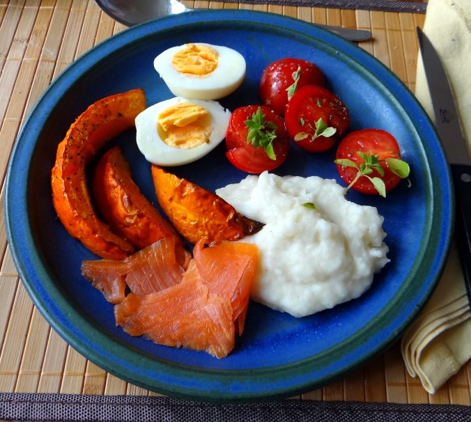 Maniok,Kürbisspalten,Tomaten,Eier,geräucherte Lachsforelle,pescetarisch (2)