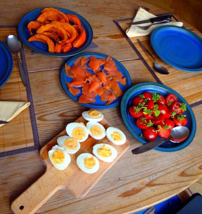Maniok,Kürbisspalten,Tomaten,Eier,geräucherte Lachsforelle,pescetarisch (4)