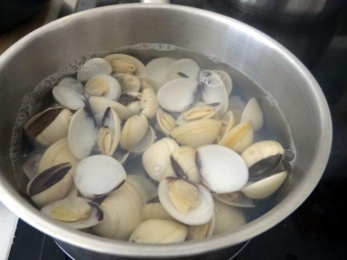 Nudeln mit Venusmuscheln,Wasserspinat und Baby Auberginenn,Pfannküchlein mit Plattpfirsich (11)