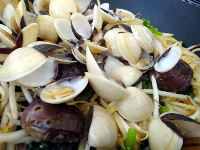 Nudeln mit Venusmuscheln,Wasserspinat und Baby Auberginenn,Pfannküchlein mit Plattpfirsich (17)