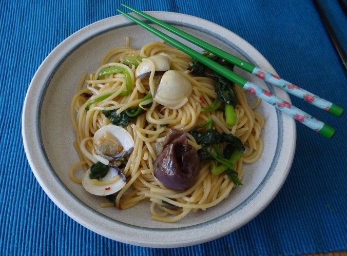 Nudeln mit Venusmuscheln,Wasserspinat und Baby Auberginenn,Pfannküchlein mit Plattpfirsich (20)