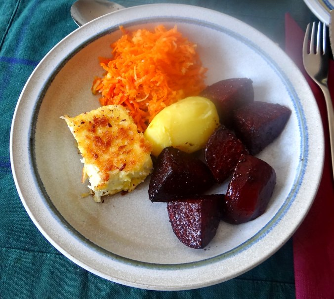 Rote Beete Gemüse,Möhrensalat,gebratener Feta,Pellkartoffeln,vegetarisch (2)