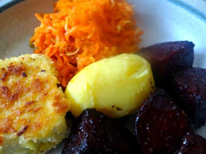 Rote Beete Gemüse,Möhrensalat,gebratener Feta,Pellkartoffeln,vegetarisch (3)