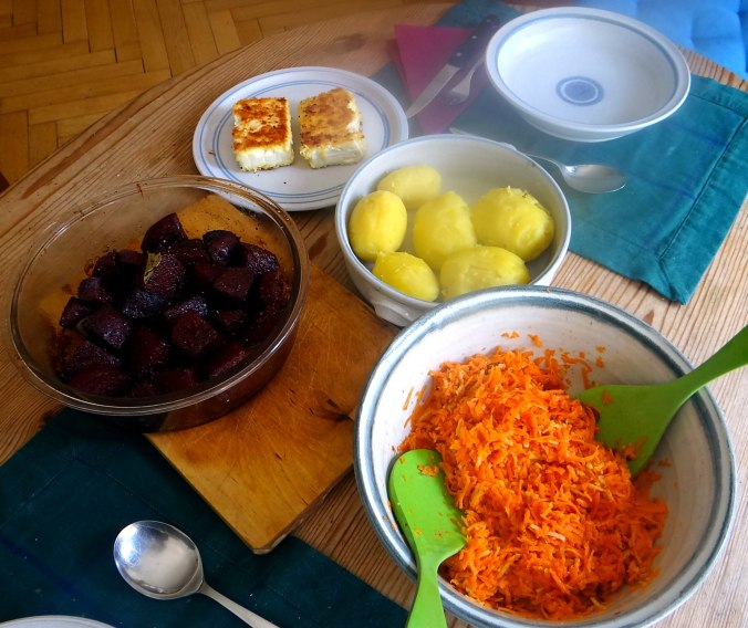 Rote Beete Gemüse,Möhrensalat,gebratener Feta,Pellkartoffeln,vegetarisch (4)